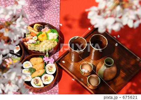 お花見 弁当 丸い三段重箱とソメイヨシノ 675621