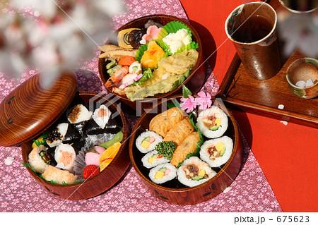 お花見 弁当 丸い三段重箱とソメイヨシノ 675623