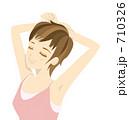 伸びをする女性B 710326