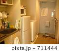 ワンルームの一般的なキッチンと廊下 711444