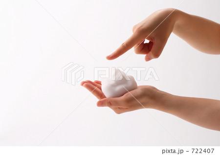 泡と女性の手の表情 クレンジング・スキンケア 722407