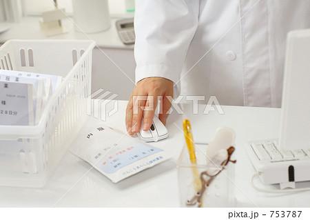 薬剤師 調剤薬局で薬の説明をする女性薬剤師 4 753787