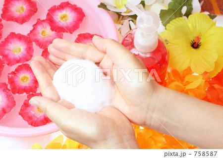 美容イメージ 花の癒しと 南国アロマ  2 泡を手にする女性  758587
