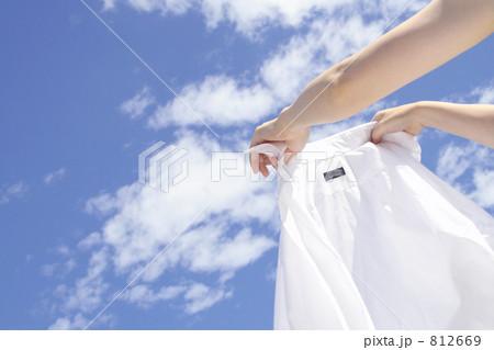 晴天に洗濯物を干す女性の手 812669