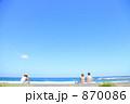 防波堤に座って海を眺める水着の女性 870086