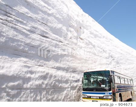 見上げるくらい高い雪の壁 904673