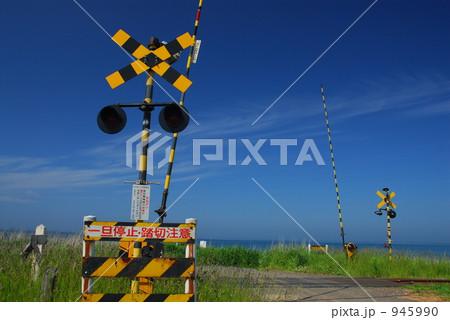 北海道 JR釧網本線の踏切と快晴の青空 945990