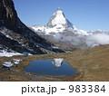 スイス マッターホルンが綺麗に湖面に映っています 983384