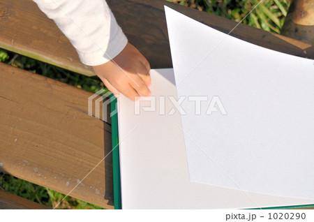 スケッチブックをめくる手の写真素材 [1020290] - PIXTA