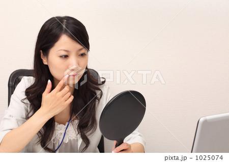 若い女性 残業 ビジネスの写真素材 [1025074] - PIXTA