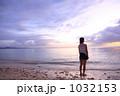 沖縄の夕暮れと女性 1032153