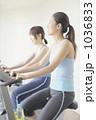 若い女性 フィットネスマシーン エアロバイクの写真 1036833