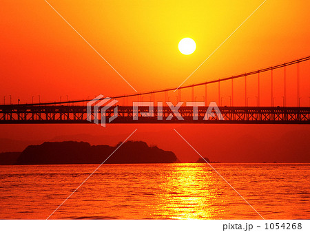 日の出をバックに瀬戸大橋を渡る快速マリンライナー 1054268