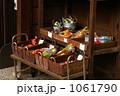 アンティークな昔の駄菓子屋 1061790