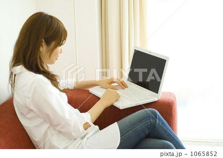 ネットを楽しむ女性 1065852