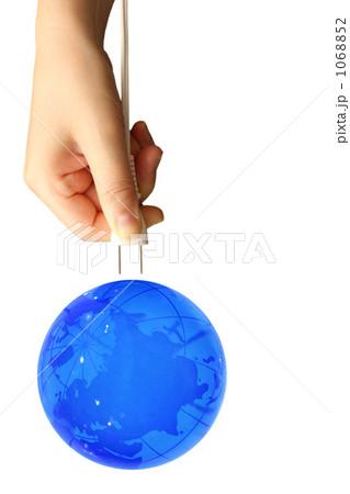 青の地球とコンセトプラグを持つ手 1068852