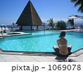 プールと女性 1069078
