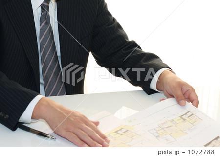 住宅提案書を説明する営業マン 2 1072788