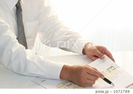 住宅提案書を説明する営業マン 3 1072789