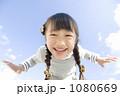 子供 女の子 人物の写真 1080669