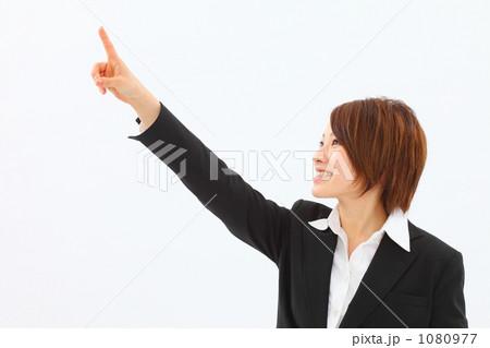 手を指すスーツ姿の女性 1080977
