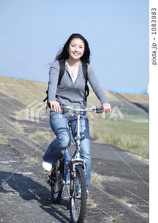 自転車の 自転車 写真 : 自転車に乗る女性の写真素材 ...