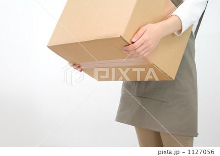段ボールを運ぶ女性 5 1127056