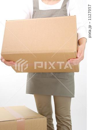 段ボールを運ぶ女性 4 1127057