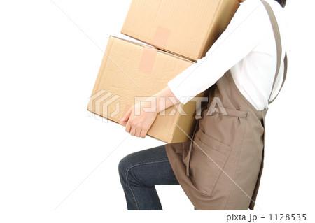 段ボールを運ぶ女性 1128535
