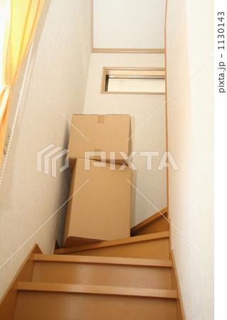 階段に山積みされた引越し段ボール 1130143
