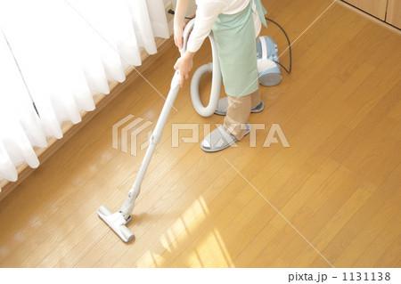洋室に掃除機をかける女性 ハイアングル2 1131138