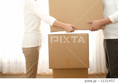段ボールを運ぶ男女 1131457