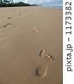 夏の晴れた日の砂浜で一本の人の足跡を撮った写真 1173382