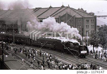 昭和45年 横浜赤レンガ倉庫を行くD51さよなら列車  1174147