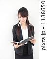 手帳を見る若い女性 1188650