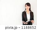 手帳と若い女性 1188652