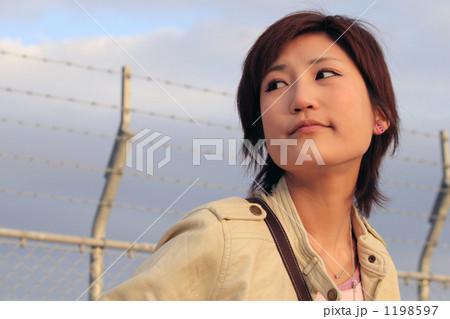 さりげない顔の女性 1198597