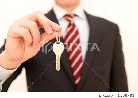 鍵を持つビジネスマン 1198781