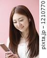 携帯電話を持つ女性 1210770