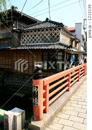 伊豆下田ペリーロードレトロな町並みと赤い橋 1213130