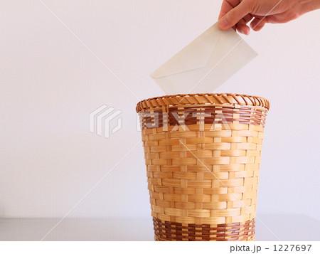 手紙をゴミ箱にの写真素材 [1227697] - PIXTA