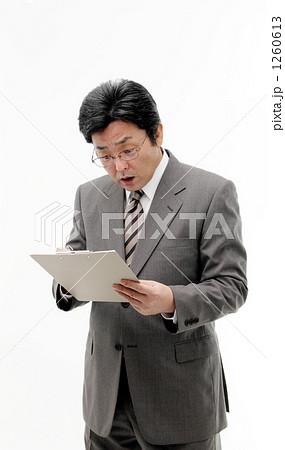 書類・問診を見て驚く日本人中年男性 1260613