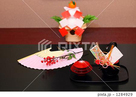 正月 お屠蘇と鏡餅のある床の間 扇子飾り 1284929