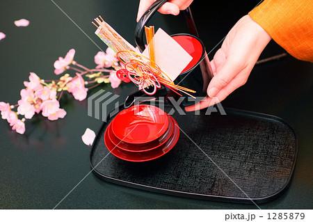 正月 お屠蘇と和服の女性の手 桜飾り 1285879