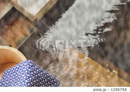 露天風呂の湯口と手ぬぐい 1296788