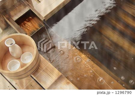 露天風呂の湯口と日本酒 1296790