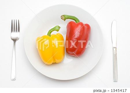 皿の上のパプリカ 1345417