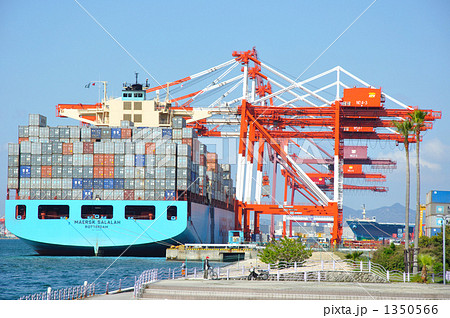 六甲アイランドで荷降ろしする最大級のコンテナ船 1350566
