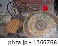 椅子とテーブルと花瓶 1366768