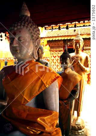 タイチェンマイの寺院の仏像 1375602